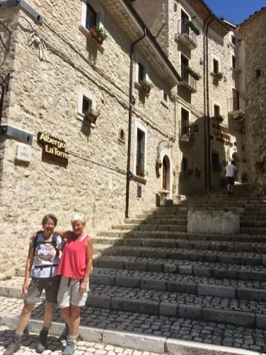 Kerstin och Eva framför vårt hotell