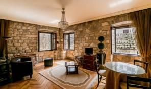 Stilizovan i kompletno opremljen dvosoban stan u starom gradu – Kotor