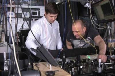 """Professor Winfried Hensinger (r.) und Dr. Bjoern Lekitsch arbeiten schon an dem Prototyp eines """"Quanten-Computers""""."""