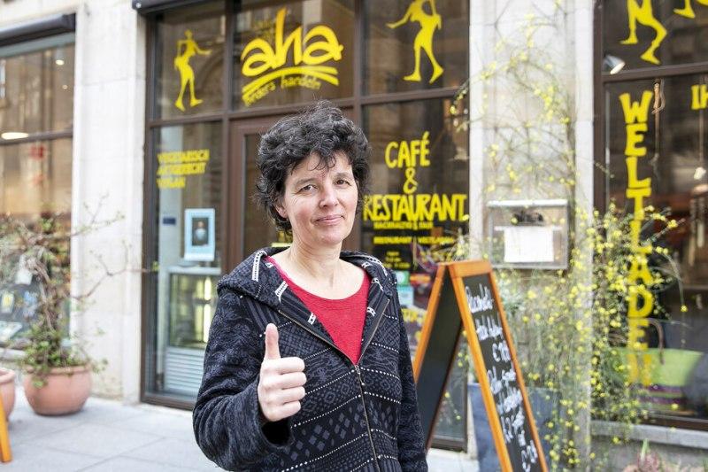 Claudia Greifenhahn (52) from the shop café aha on Kreuzstraße is still open.