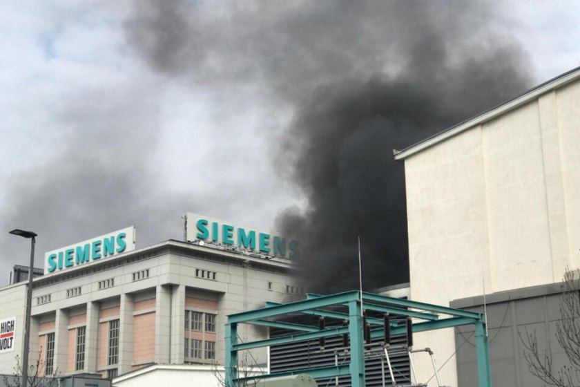 A dark cloud of smoke lies over the Siemens plant in Dresden.