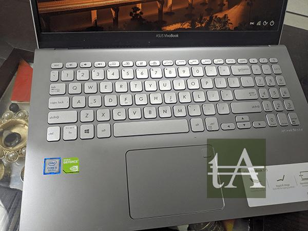 ASUS VivoBook S15 S530U Keyboard Side