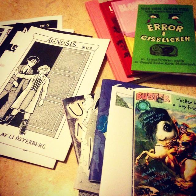Instagram media by litteraturmagazinet - Alltså: Seriefestivalen. Samma sak varje gång. Trängas, bära hem tunga kassar och sedan inte ha råd med mat. Så jävla jobbigt! #serier @serieteket / #seb_lm