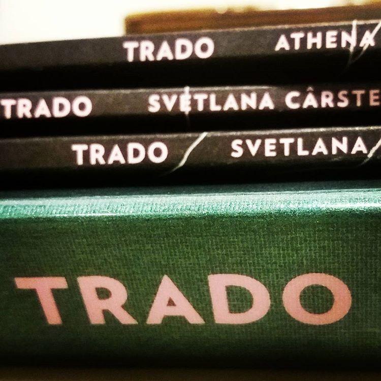 Trado innehåller tre häften, skrivna och översatta av två poeter. Spännande och välskrivet om liv och översättning #läsning #poesi #diktsamling #översättning