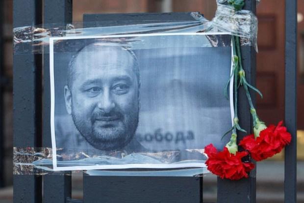 Esposa lo habría hallado en charco de sangre: el periodista que fingió su propio asesinato