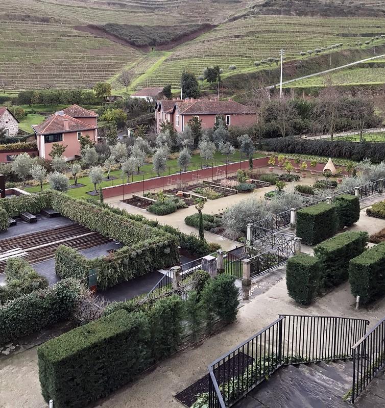 jardin 6 senses et villas au fond