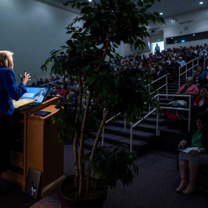 Sheri Dew habla sobre el profeta José Smith durante el Simposio de Historia de la Iglesia de BYU en el Centro de Conferencias en Provo, Utah, el jueves, 12 de marzo 2020.