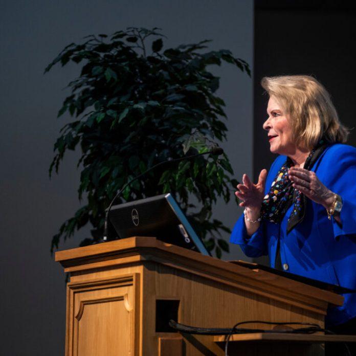 Sheri Dew habla frente a un auditorio lleno durante el Simposio de Historia de la Iglesia de BYU en el Centro de Conferencias en Provo, Utah, el jueves, 12 de marzo 2020.