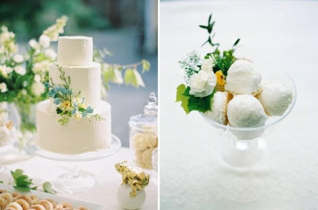Vit bröllopstårta med grön dekoration från Holy Sweet, för det vita bröllopsdessertbordet