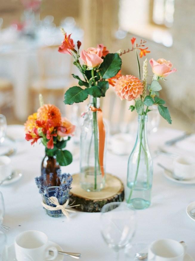 Bršllopsmiddag med runda bord. Dukat med vilda blommor.