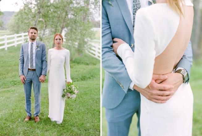 brudgum med ljusgrå kostym och brud med stilren klänning