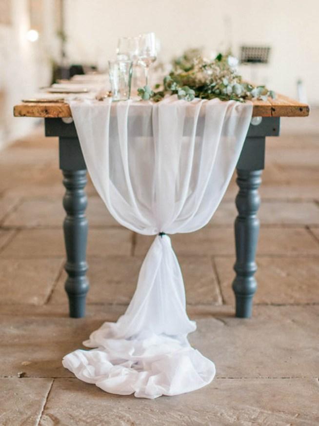 bröllopsdukning med vit löpare i chiffong