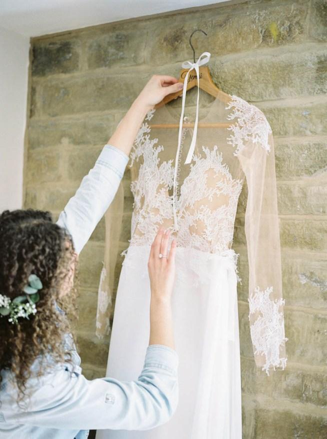 brudklänning med ett skirt spetsliv
