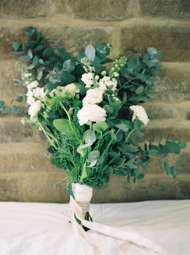 brudbukett i vitt och grönt med ranunkler