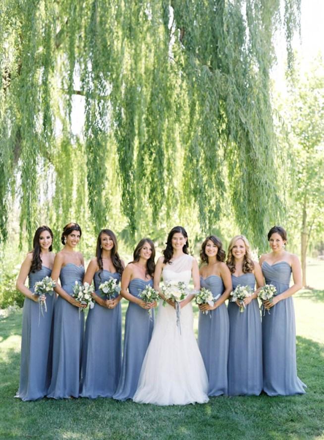 brudtärnor i ljusblå klänning