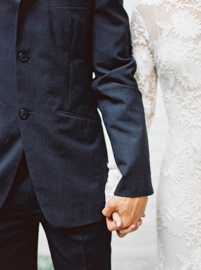 bröllopsporträtt när brudparet håller varandra i handen