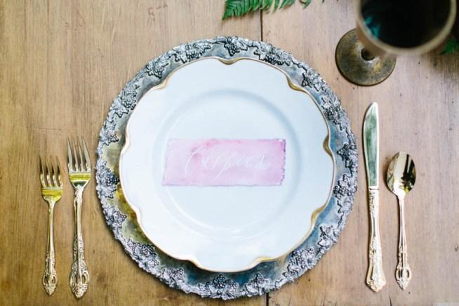 rosa handskrivna placerkort till bröllopsmiddagen