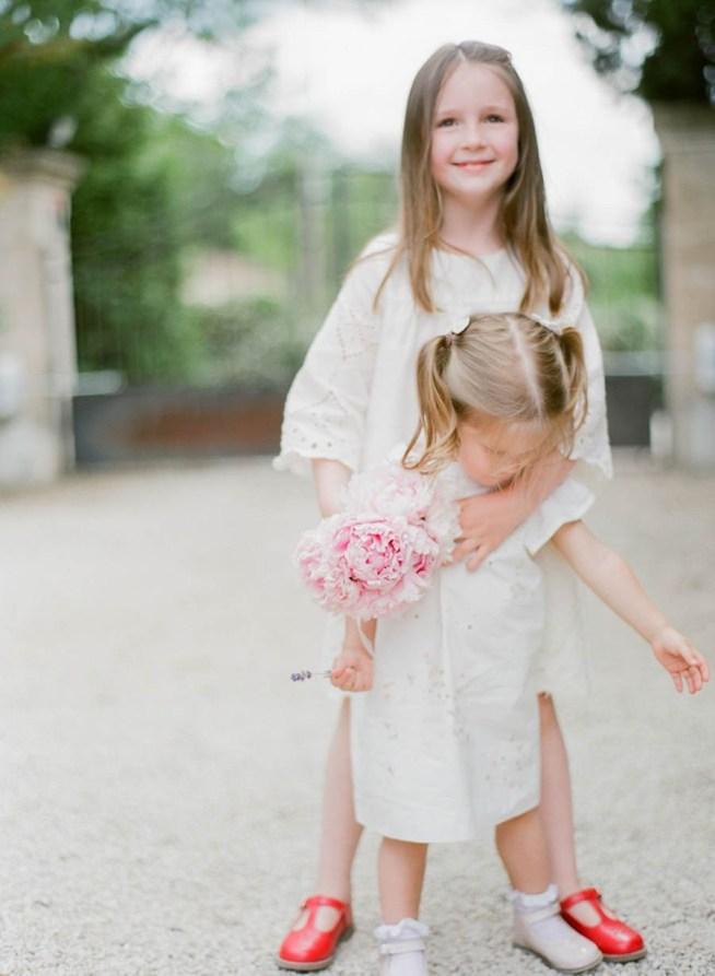 brudnäbbar i vit klänning