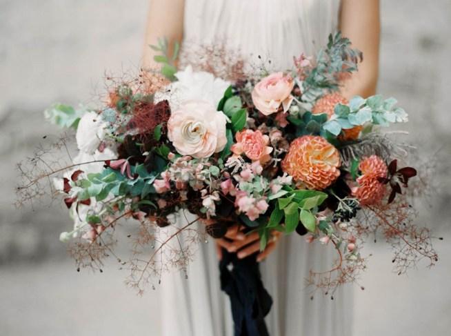 bröllopsinspiration brudbukett med dahlior