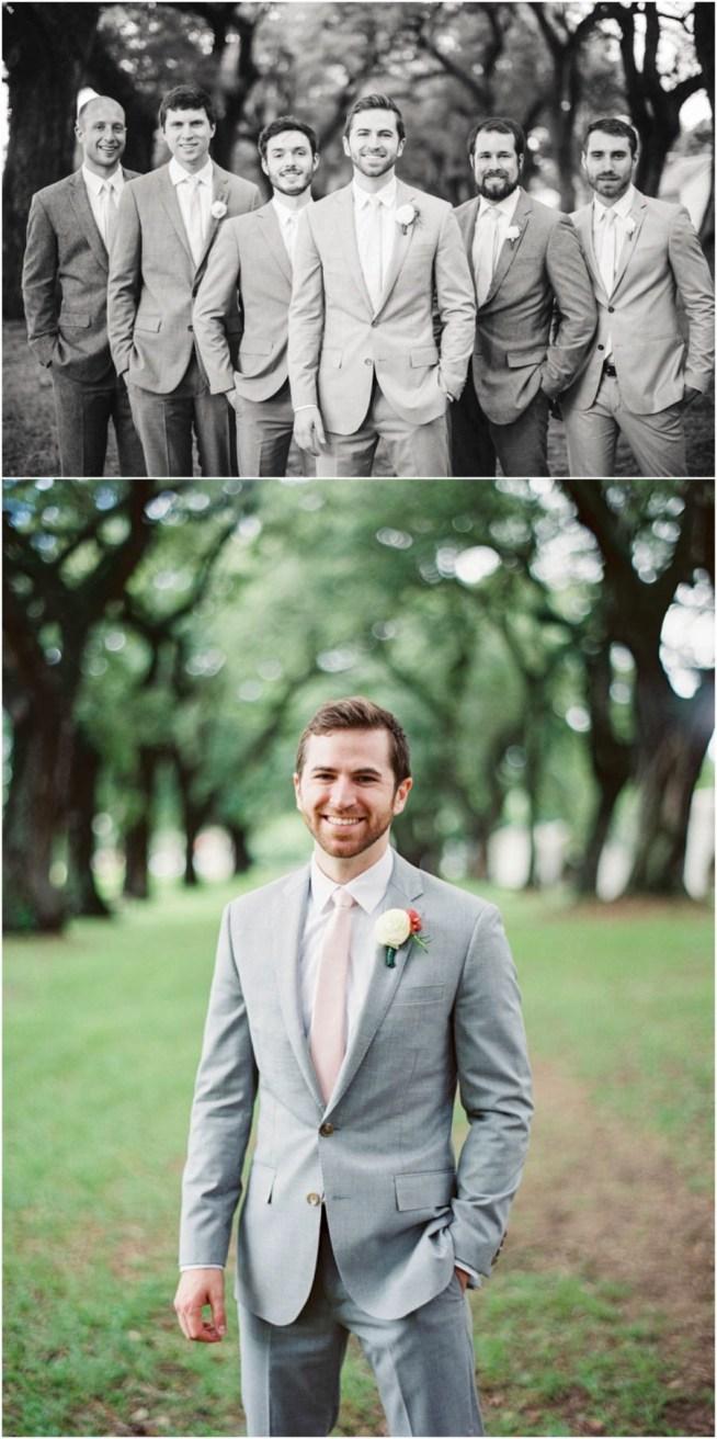 brudgum med marskalkar i grå kostym