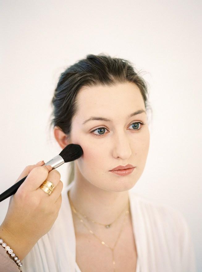 makeup artist Caroline Haglund applicerar rouge
