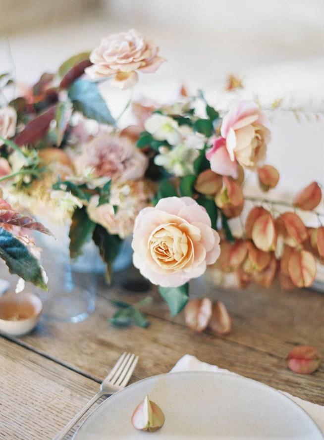 bordsdekoration i ljust rosa och honungsgult