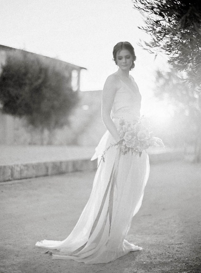 brud i brudklänning med böljande kjol