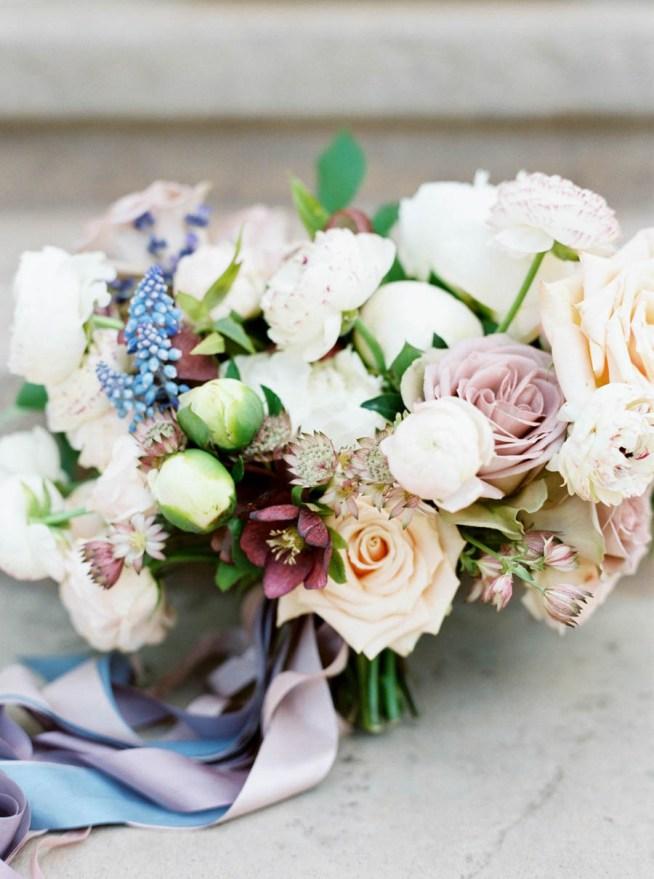 brudbukett med ljuslila rosor