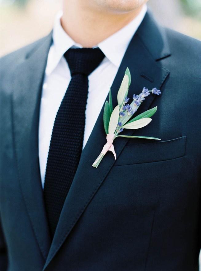 knapphålsblomma till bröllop med lavendel och olivkvist