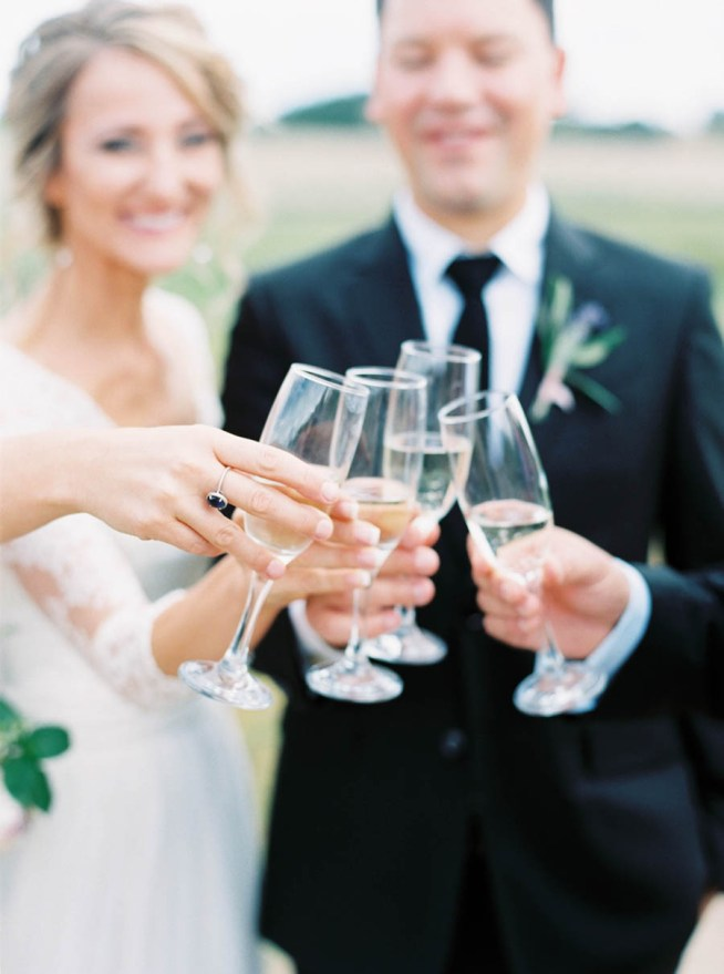 skåla med champagne på bröllopet