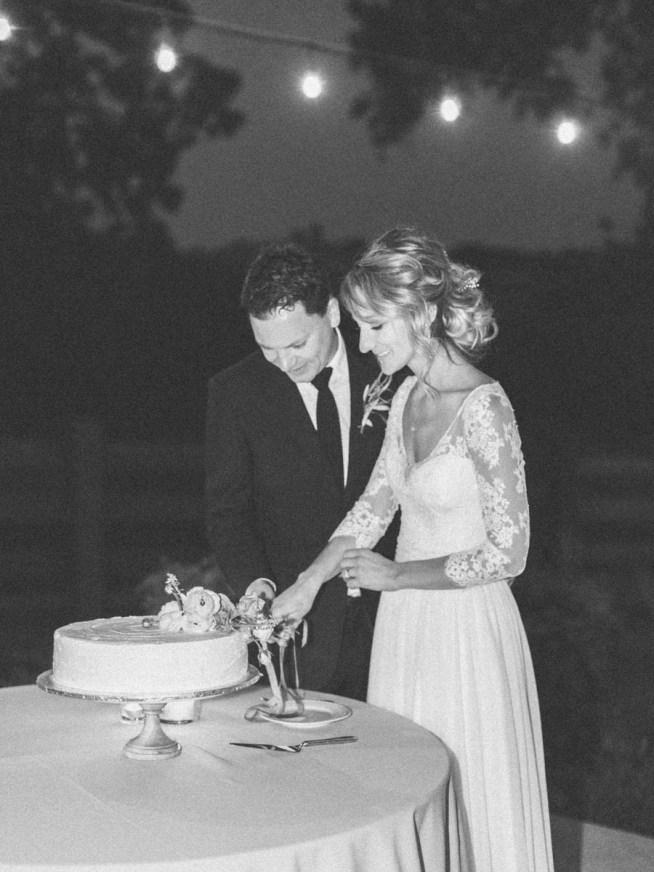 brudpar skär upp tårtan