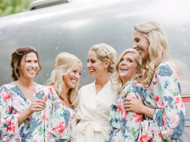 Bruden skrattar med sina brudtärnor
