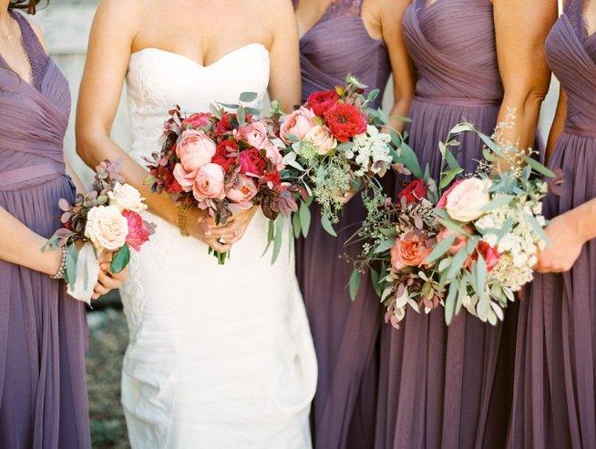 tärnor i lila klänningar