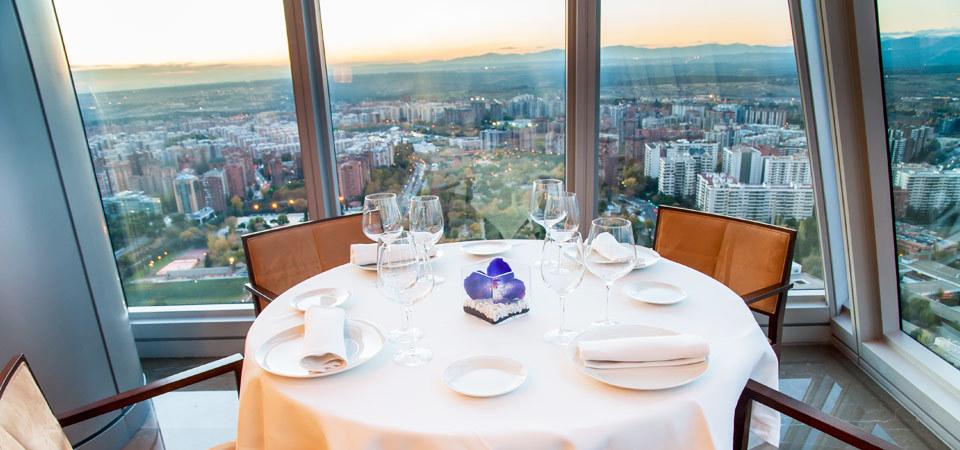 Skyline es un nuevo proyecto residencial de dos torres de 100 metros de altura y 25 plantas que creará una nueva visión de madrid. 12 restaurantes con vistas espectaculares de Madrid