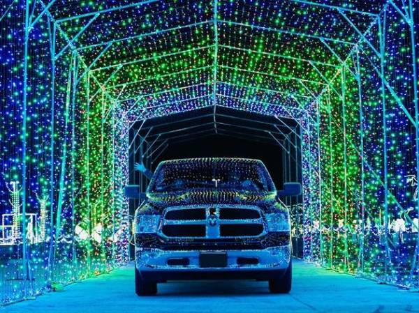 Here's where you can see drive-through Christmas lights in ...