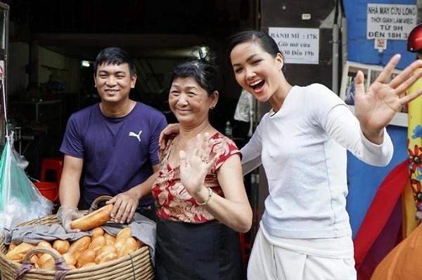 H'Hen Niê chiêu đãi trẻ em nghèo món ăn là niềm tự hào của Việt Nam 7