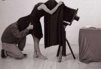 i fotografi son gente che ogni scusa è buona per farsi la modella, anche lasciarla che fotografi lei, tanto verranno fuori solo schifi (segnalato da placida)
