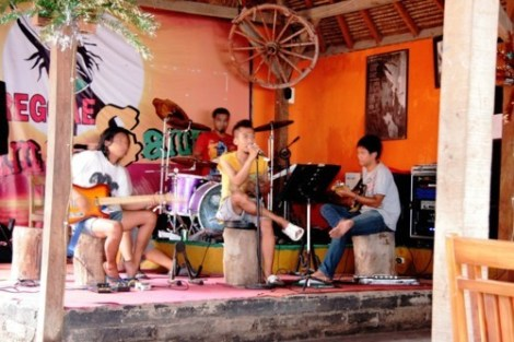 Joe et Why Not Band en répétition au Sama Sama Bungalows - Gili Trawangan, Lombok