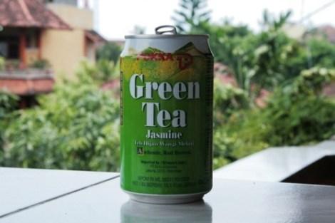 Pause thé vert en canette au Suka Beach Inn, Kuta, Bali