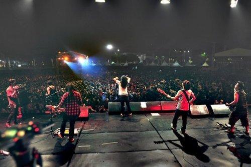 """Plus de 30000 personnes à l'Indonesian reggae festival 2011 : """"One love, one heart"""""""