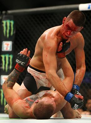 Diaz castiga a McGregor con ground and pound