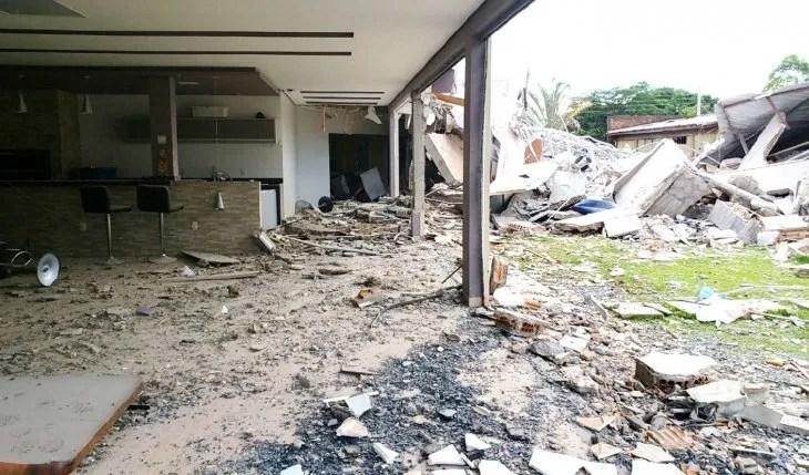 Destruida. Así quedó la vivienda que fue atacada por la banda armada de los brasileños.