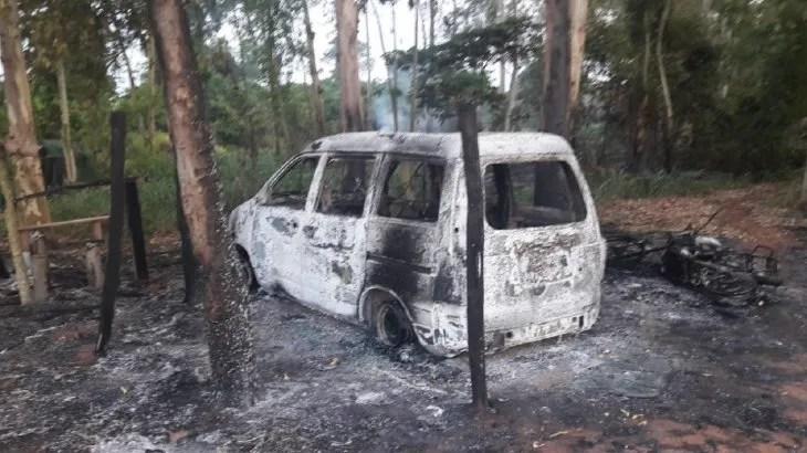 Así quedó el minibús tras ser incinerado por los hombres armados que serían integrantes del EPP.