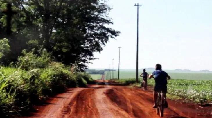 Sin franjas. Niños en un camino vecinal entre sojales