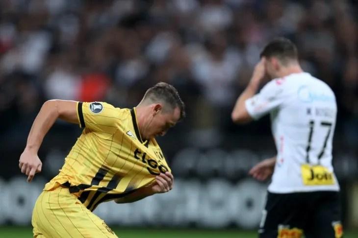 Fernando Fernández celebra el gol que le dio la clasificación a Guaraní ante Corinthians.