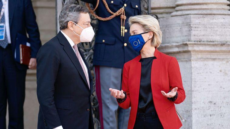 """Von der Leyen a Roma consegna la """"pagella"""" del Pnrr a Draghi: tutte A, c'è solo una B"""