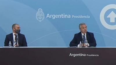 Alberto Fernández con el ministro de Economía, Martín Guzmán, que sobrevivió a la crisis de gabinete y ahora prepara medidas económicas que van desde un nuevo IFE al bono Anses