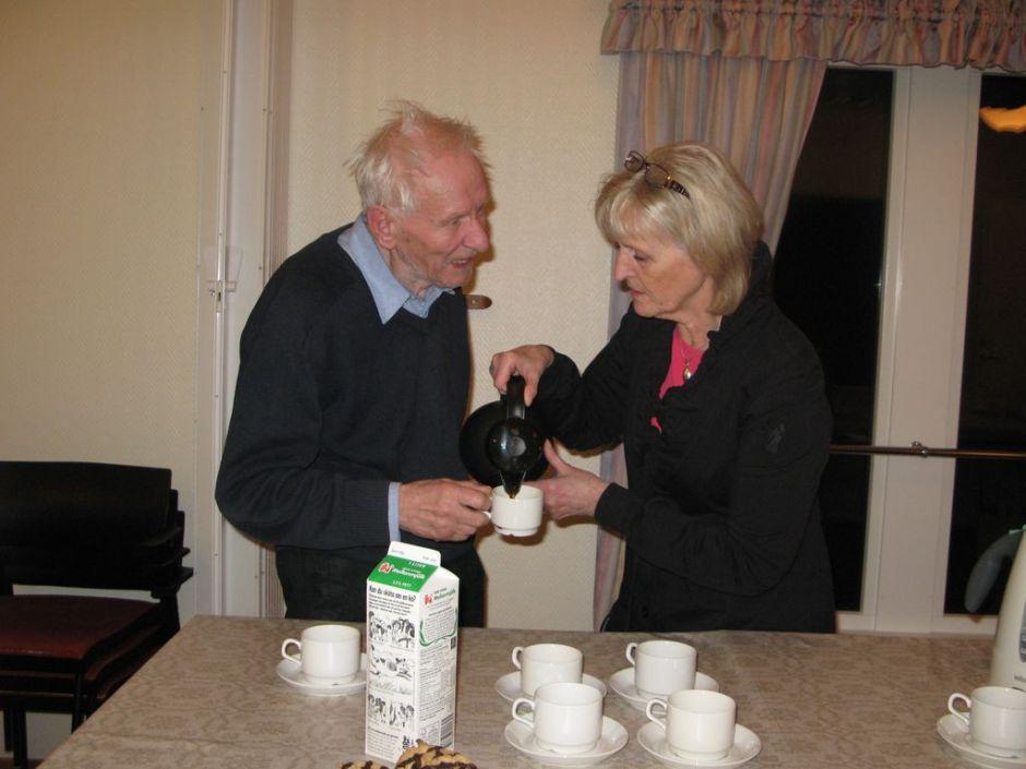 Vandrarklubbens grundare Alan Scott serveras kaffe av Marita Johansson