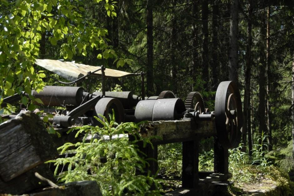 Ner mot fallen syns resterna av industrimiljön