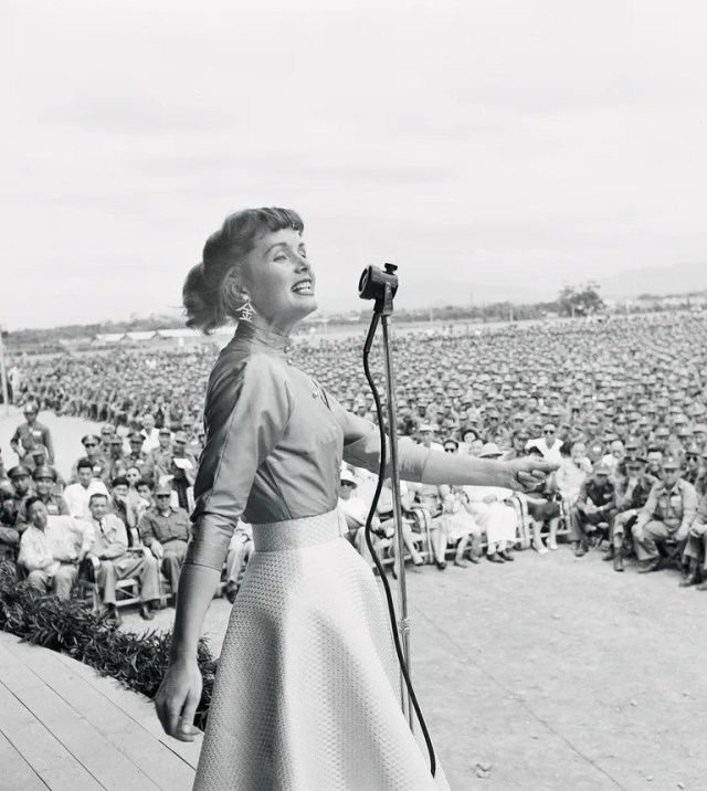 Reynolds singing for a rapt audience of 30,000 G.I.s.